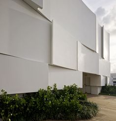 French-Italian firm BarbaritoBancel Architects have created a new Dior Flagship store in Miami, USA. The Miami Design District is a new area located in the North of Miami, where art, design, fashion and luxury meet. Retail Facade, Shop Facade, Commercial Architecture, Facade Architecture, School Architecture, Dior Shop, Facade Pattern, Dior Boutique, Bridal Boutique