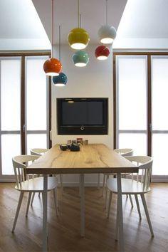 Dessinée par Verner Panton, cette lampe est disponible en de nombreux coloris. Elle convient idéalement à une salle à manger.