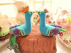 peacocks as a cake topper.
