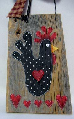 Poulet noir rustique, bois de grange, avec des cœurs, peint à la main  Cet amusement art populaire poulet est peint sur un morceau de bois de