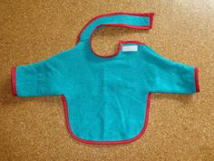 Sleeved bib - pattern and instructions - Nähen und Basteln (privat) - Bebe Love Sewing, Sewing For Kids, Baby Sewing, Diy For Kids, Best Baby Bibs, Sewing Sleeves, Bib Pattern, How To Make Toys, Little Boy Fashion