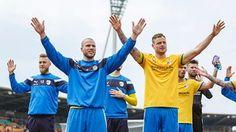 Manfred Starke und Timmy Thiele feiern mit den Fans | Bildrechte: DRAWS.PHOTOGRAPHY