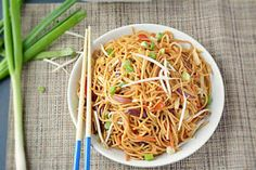 Step by step Spicy Veg Noodles recipe. How to make Spicy Vegetarian Noodles. Colorful veggies tossed with thin noodles and flavored with fiery Chinese sauces. Veg Noodles Recipe, Vegetable Noodles, Noodle Recipes, Pasta Noodles, Hoisin Sauce, Yummy Eats, Vegan Dinners, Quick Easy Meals