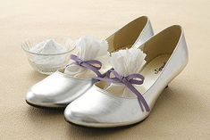 Σε όλους αρέσει να αγοράζουν καινούρια παπούτσια. Η χαρά αυτή όμως σβήνει γρήγορα, όταν τα καινούρια παπούτσια λερώνονται ή είναι άβολα. Στις παρακάτω φωτο