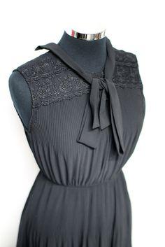 Sleeveless pleated vintage dress #bleeckerstreetvintage #vintage