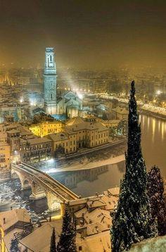 Зимняя ночь, Верона, Италия  #мирпрекрасен #мир_необычного #amazing #пейзаж #beautiful #beautifulpictures #шедевры_вселенной #красивый_пейзаж #природа #красота #мирпрекрасен #beauty #beautiful #naturek