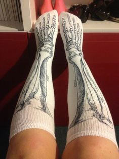 I heart knee socks. I heart anatomy. Gimme.