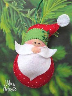 Use feltro estampado e monte enfeites de árvore com a figura de Papai Noel. Vem que tem molde. Felt Christmas Decorations, Christmas Ornament Crafts, Christmas Sewing, Felt Ornaments, Christmas Projects, Felt Crafts, Handmade Christmas, Holiday Crafts, Beaded Ornaments