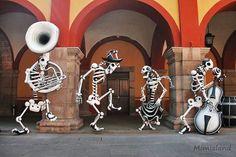 Homenaje a José Guadalupe Posada. Instalación escultórica de Juan Gorupo. Edifico Central de la Universidad Autonoma de San Luis Potosí. Nov, 2013.