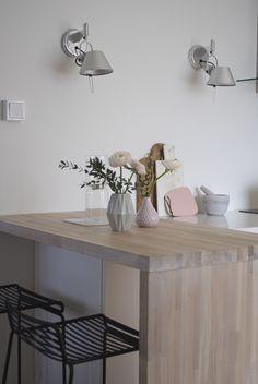 syyskuunkuudes keittiö pastellisävyt Entryway Tables, Interior, Furniture, Home Decor, Decoration Home, Indoor, Room Decor, Home Furnishings, Interiors