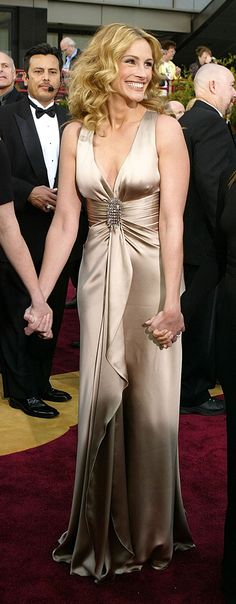 Julia Roberts brought old school Hollywood glamour in this Giorgio Armani gown.   The 13 Most Flawless And Glamorous Looks From The 2004 Academy Awards