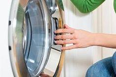 Die Waschmaschine pumpt nicht ab und steht voller Wasser? Hier die 6 häufigsten Ursachen für das Problem und Tipps, wie es sich lösen lässt!