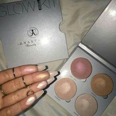 Anastasia Beverly Hills Glow Kit is a highlighting palette with metallic powder highlighters for intense luminosity. Makeup Swatches, Makeup Dupes, Makeup Brands, Makeup Cosmetics, Makeup Products, Makeup Goals, Makeup Inspo, Beauty Makeup, Hair Makeup