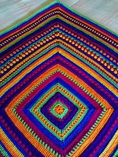 Manta Mix, free (Spanish) tutorial by Antara Celetna. Apparently Google translate was used by the blogger in an attempt to translate the pattern on the site page, but it's not very helpful . . . ღTrish W ~ http://www.pinterest.com/trishw/ . . . . #crochet #afghan #blanket #throw #mixed_stitch #granny_square