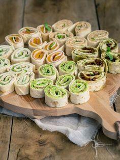 Wrap hapjes zijn perfect bij elke borrel, verjaardag of feestje. Bovendien kun je wrap hapjes vullen met wat je maar wilt. Denk aan zalmsalade of caprese. Vegetarisch is natuurlijk ook een optie, door lekkere groene wrap hapjes te maken. Tortilla Wraps, Birthday Snacks, Party Snacks, Pizza Pinwheels, Vegan Wraps, Food Vans, Eat This, Mediterranean Dishes, Gift Ideas