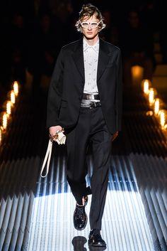 Sfilata Moda Uomo Prada Milano - Autunno Inverno 2019-20 - Vogue 8ac75cbfc6a