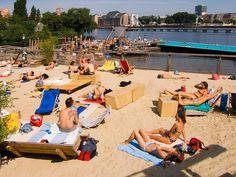 BERLIN im Sommer: Schwimmen und Chillen iim BADESCHIFF , mitten in der Spree (in Treptow) - Fünf Gründe, den Sommer in Berlin zu verbringen | Berliner Zeitung