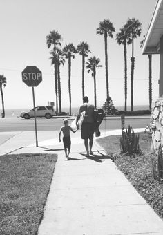 Let's go surfing: father & kid | photography black & white . Schwarz-Weiß-Fotografie . photographie noir et blanc |