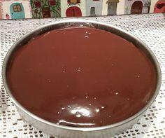 H σοκολατόπιτα των λγγγ - Daddy-Cool.gr    Υλικά  •1 κούπα αλεύρι που φουσκώνει μόνο του  •1 κούπα ζάχαρη  •1/2 κούπα κακάο  •1 κουτ.γλυκού μπέικιν πάουντερ  •1/2 κουτ.γλυκού σόδα  •1 κούπα γάλα  •1/3 κούπας σπορέλαιο  •1 αυγό μεγάλο  •2 βανίλιες  •λίγο αλάτι  Για το γλάσο:  •200γρ κουβερτούρα  •200γρ κρέμα γάλακτος  •1 κουτ.γλυκού μέλι Greek Sweets, Greek Desserts, Greek Recipes, Desert Recipes, Dark Chocolate Cakes, Chocolate Sweets, Food Network Recipes, Food Processor Recipes, Greek Cake