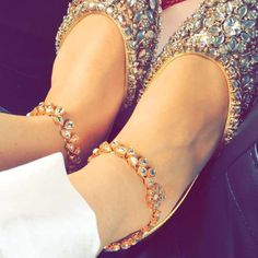 Punjabi jutti designs are an ode to the beautiful you. Think of fashion infused with Indian essence, and you'll find a changing trend every then and now. Indian Shoes, Indian Jewelry, Chicas Dpz, Oxfords, Anklet Designs, Indian Accessories, Jewelry Accessories, Bling Shoes, Women's Shoes