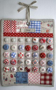 Calendario Hecho de tejido revestido Botones.  ¡Qué fantástica idea de arte.