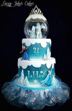 Bolo azul e branco com personagens e globo de neve no topo.