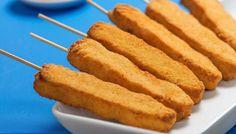Espetinho de peito de frango empanado no palito Milanesa, Pasta, Tostadas, Finger Foods, Cornbread, Sweet Potato, Sushi, Bacon, Food And Drink