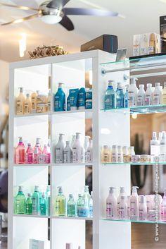 interieur, interior, salon, friseursalon, innenaufnahme, ventilator, weisses regal, haarprodukte, produktpräsentation, regal, einlegeböden, glas, clean, hell,  location-shoot-design_com_raeumlichkeiten_0012