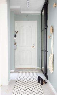 Simple and nice entryway with mint-green walls that gives an airy expression. Open Plan, Hallway Decorating, Interior Decorating, Mint Green Walls, Turbulence Deco, Small Entryways, Entryway Wall, Modern Interior Design, Feng Shui