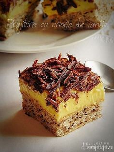 cake with vanilla cream No Cook Desserts, Sweets Recipes, Delicious Desserts, Cake Recipes, Yummy Food, Romanian Desserts, Croatian Recipes, Pastry Cake, Sweet Cakes
