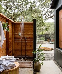 Popular Outdoor Shower Ideas With Maximum Summer Vibes 21 Outdoor Baths, Outdoor Bathrooms, Outdoor Tub, Outdoor Spaces, Outdoor Living, Outdoor Decor, Backyard Patio, Backyard Landscaping, Lanai Patio