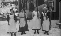 Preparing to the class war in March 1918 in the village of Murole, Ruovesi. Workers from the Siltala-estate. Women worked as milkmaids and cooks for the Red Guards. Photo: Matti Luhtala. © Vapriikki Photo Archives, Tampere