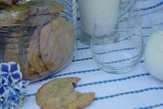 Here is a recipe for a basic chocolate chip cookie. It comes out chewy with a slightly crunchy edge. A perfect lunch box treat, or afternoo. Easy Chocolate Chip Cookies, Amish Recipes, How Sweet Eats, Cookie Bars, Holiday Recipes, Cookie Recipes, Sweet Tooth, Chips, Baking