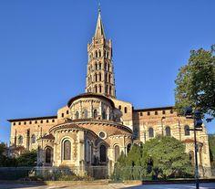 La basilique Saint-Sernin de Toulouse a été construite au 11° pour abriter les reliques de St Saturnin, I° évêque de Toulouse. Son culte donne lieu à un important pélerinage. Avec 115m de lg, elle a les dimensions d'une cathédrale et est aussi la plus grande église romane préservée. Son plan est homogène et la construction de qualité. Comme souvent à Toulouse, la brique se mêle à la pierre. il subsiste d'importants vestiges des peintures romanes d'origine
