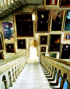 HARRY POTTER AND THE PRISONER OF AZKABAN, a wall of portraits at Hogwarts, 2004, © Warner Brothers