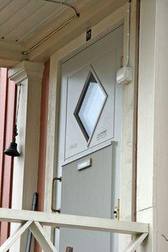 Viime kesän talon maalauksen jälkeen vanhat 90-luvun ulko-ovet ovat näyttäneet keltaisilta, kulahtaneilta ja täysin talon tyyliin sopimattomilta. Olen lisäksi aina haaveillut punaisesta etuovesta j…