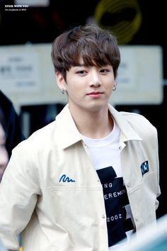Las etiquetas más populares para esta imagen incluyen: bts, jungkook, kpop, bangtan boys y jeon jungkook