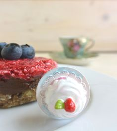 Raw Chocolate and Raspberry Tarts #healthy #healthyfood #healthylifestyle ##goodfood #recipe #vegan #raw #food #fit