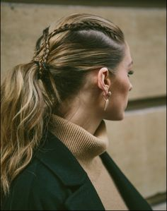 Get this effortless criss-crossed pony.