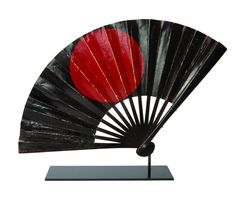 Gunsen - Lacquered war fan. 18th century, Japan. War fan in black, red and gold-lacquered paper. The strands are in black-lacquered iron. One side depicts the Pleiades constellation, the other side is decorated with the hi no maru (Rising sun). Signed Minamoto Yoshimichi. Provenance: Ancienne collection Bernard Le Dauphin.