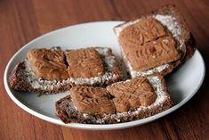 Boterham (liefst wit) met speculaasjes. Lekker, dat knapperige van het koekje en het zachte witte brood.