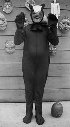 why are old Halloween costumes the creepiest things? Old Halloween Costumes, Vintage Halloween Photos, Whimsical Halloween, Halloween Images, Spooky Halloween, Weird Costumes, Vintage Costumes, Costume Ideas, Halloween Decorations