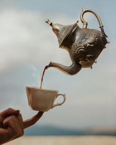 levitating coffee pot pouring coffee into a mug levitation photography Double Exposure Photography, Levitation Photography, Photography Editing, Photography Photos, Creative Photography, Coffee Photography, Water Photography, Photography Projects, Abstract Photography