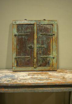 Antieke spiegel gemaakt van oud raamkozijn.