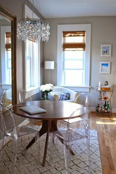 Michelle - Blog #Transparent #Chairs Fonte : http://www.houzz.com/ideabooks/1344061/list/How-to-Choose-the-Right-Dining-Table