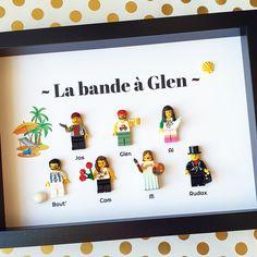 Ce portrait représente une bande de potes, Jas, Glen, Bout' & Rudax se connaissent depuis longtemps, leur amitié a perduré et maintenant le groupe s'est agrandi ! Merci à Alice et tout le groupe de m'avoir confié la création de ce portrait pour l'anniversaire de Glen, un beau cadeau commun pour représenter des années de souvenirs ! #bandedepotes #amitié #amitiés #potes #anniversaire #surprise #souvenir #souvenirs #été #minifigures #personnalisable #personnalisation #Lego #LesPortraitsdeFelie Minifigures, Figurine Lego, Alice, Creations, Frame, Home Decor, Jars, Beautiful Gifts, Gift Ideas