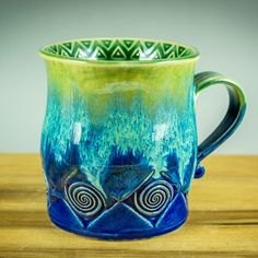 Keramiktasse mit Amaco Celadon Cobalt und Jade mit Amaco Potters Choice #potterschoice #celadon #amacoceladon #pottery #mug #howiamaco #madeinaskutt #cobalt