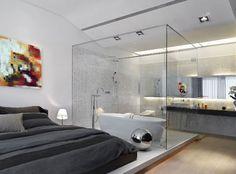 La ubicación de la bañera, en paralelo a la cama, me gusta. Pero la ducha debe ir por separado.