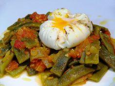 Judías verdes con tomate y huevo pochado. Ingredientes: - Judías verdes - Tomate - Huevos - Cebolla - Dientes de ajo - Aceite de oliva virgen extra - Sal - Pimienta - Azúcar