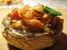 Portobello svampe fyldt med tomat, hvidløg og pecorino
